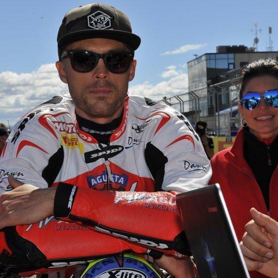 Leon Camier insieme a Honda Red Bull