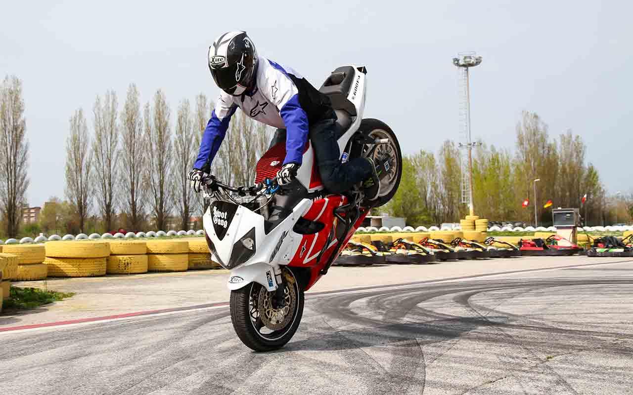 Come fare uno stoppie in moto